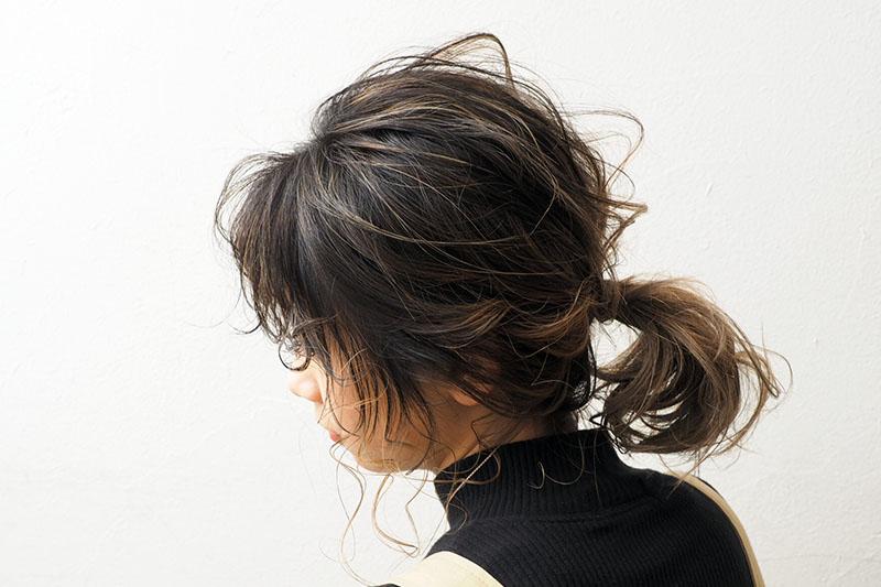 忙しい朝にもおすすめ人気!後れ毛×低め簡単ローポニーテールヘアアレンジ
