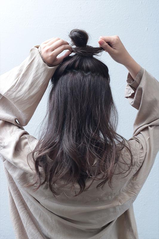 お団子に髪をくくりつける